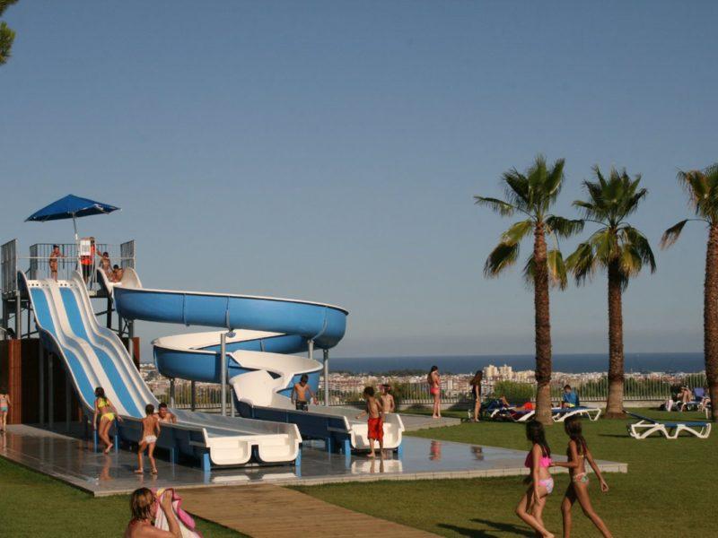 Vilanova Park glijbanen bij het buitenzwembad