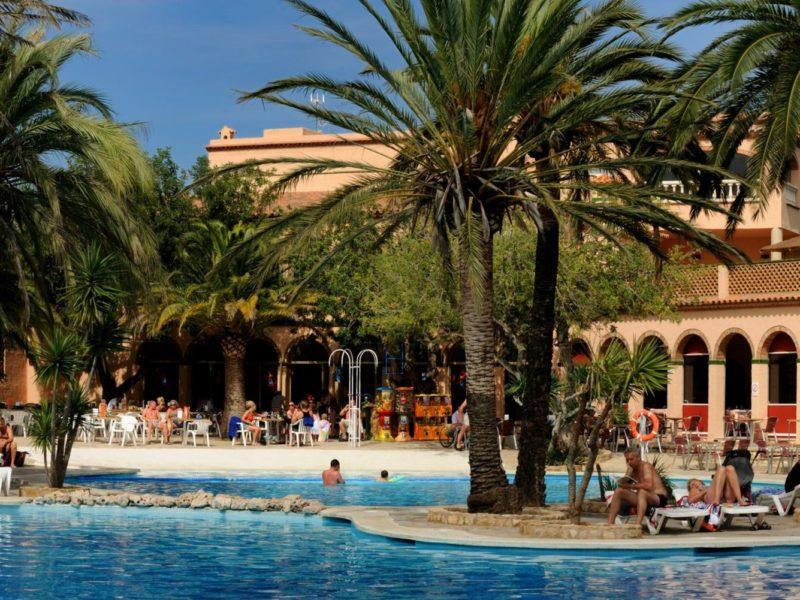 Torre del sol, palmbomen langs het zwembad