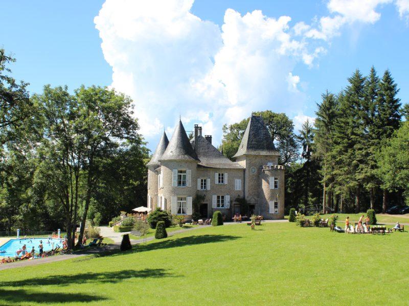 Kasteelcamping Gorges de la Dordogne en meer van Neuvic Frankrijk Limousin Correze Auvergne Cantal