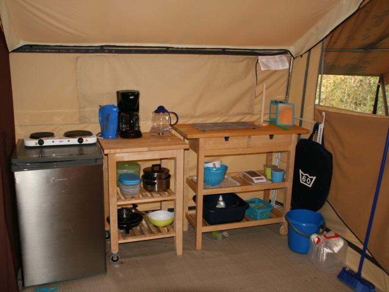 Au Bois Joli - keuken in de safaritent