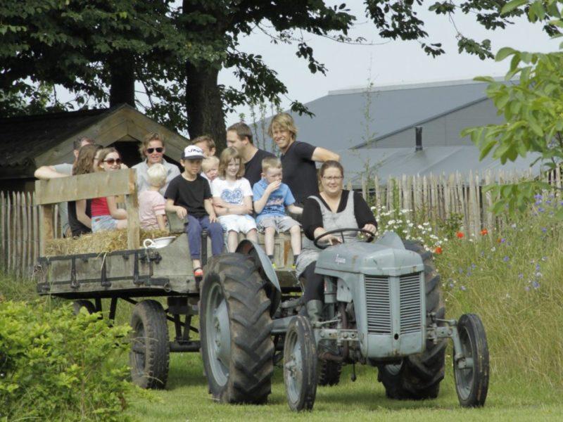 De Landhoeve, op de tractor