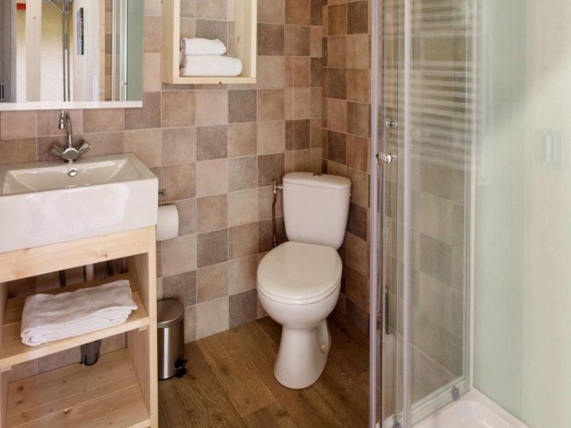 Het Dierenbos, badkamer in de lodgetent