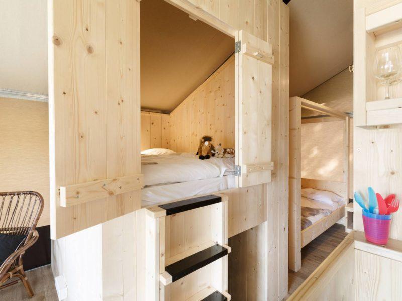 Het Dierenbos, Interieur van de Lodgetent: bedstee en slaapkamer