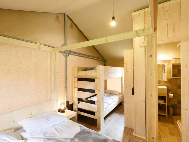 Het Dierenbos, Interieur van de Lodgetent, slaapkamer