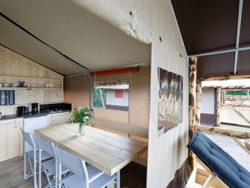 Het Dierenbos, interieur van de lodgetent, de keuken
