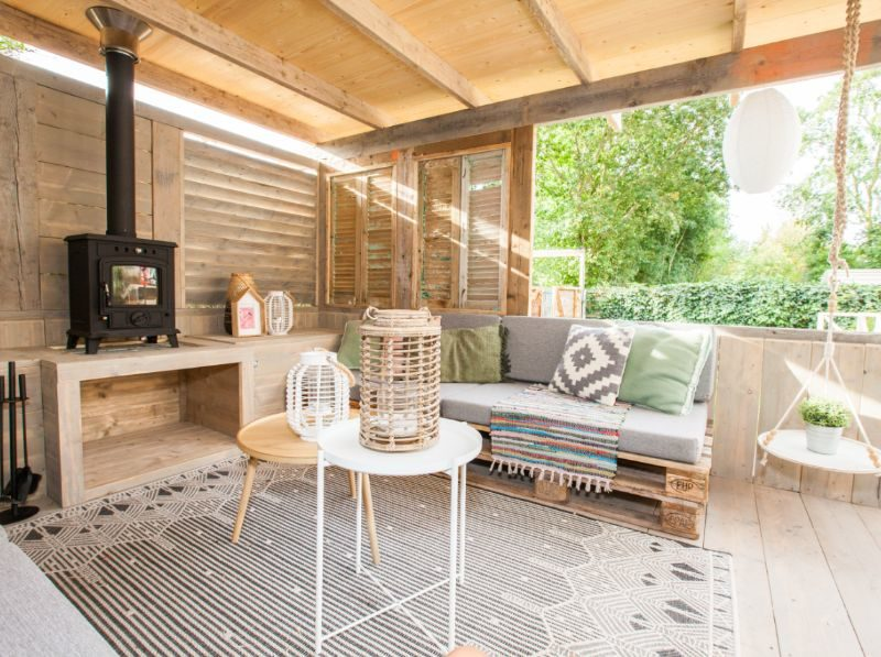 Veranda loungehoek - huuraccommodatie - Stoerbuiten, glamping.nl