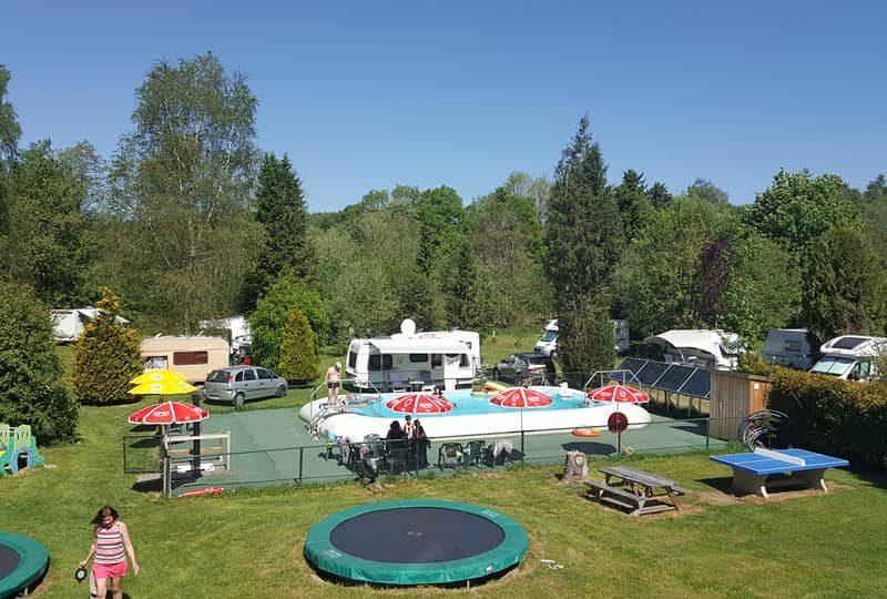 Spineuse - Zwembad en trampoline