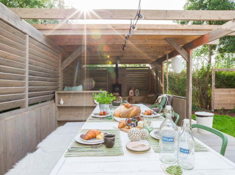 Ontbijt s´ochtends veranda buiten - StoerBuiten, glamping.nl