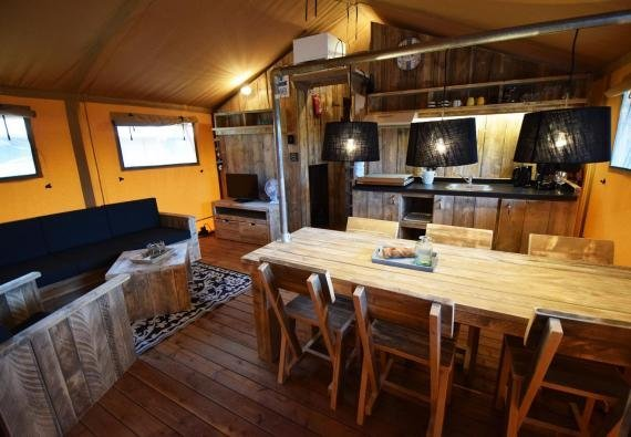 Glamping - de Meerpaal - Safaritent woonkamer