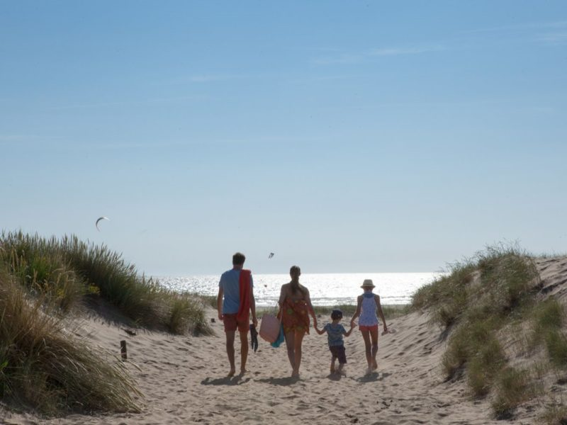 Le Fief - glamping - gezin op strand