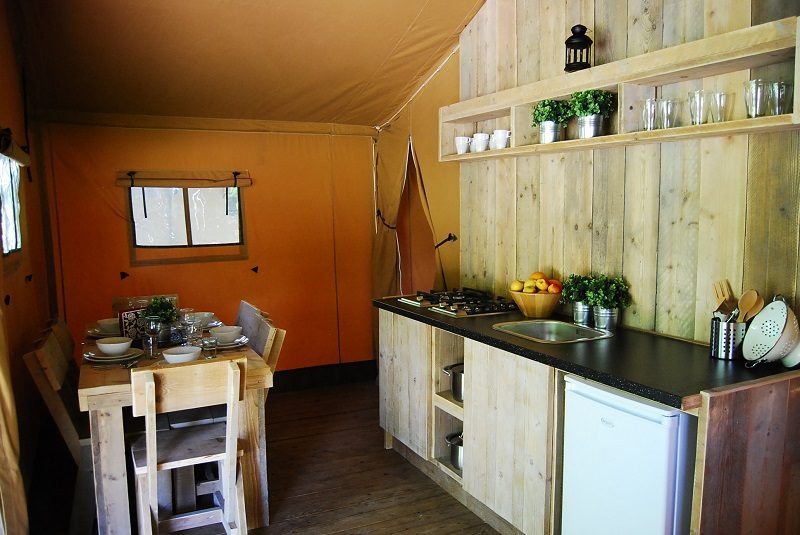 Keuken van een safaritent op Mountain Network Ardennen