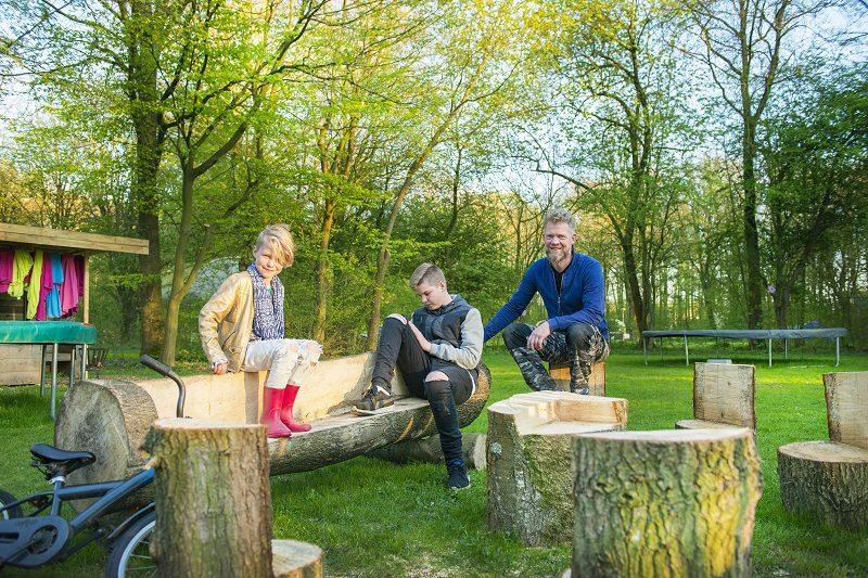 Stoere buitenmeubels uit bomen gezaagd, glamping in Nederland