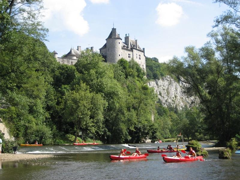 Kanovaren langs een kasteel in de Ardennen