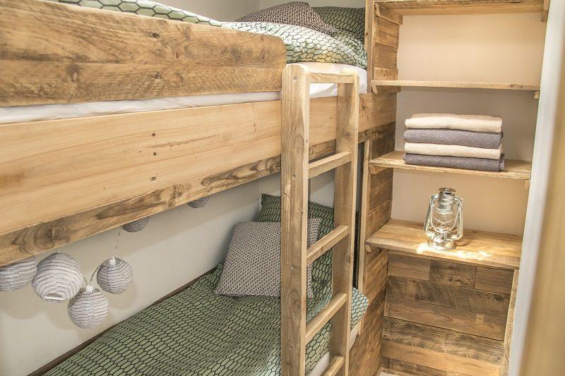 STOERBUITEN, slaapkamer met steigerhout