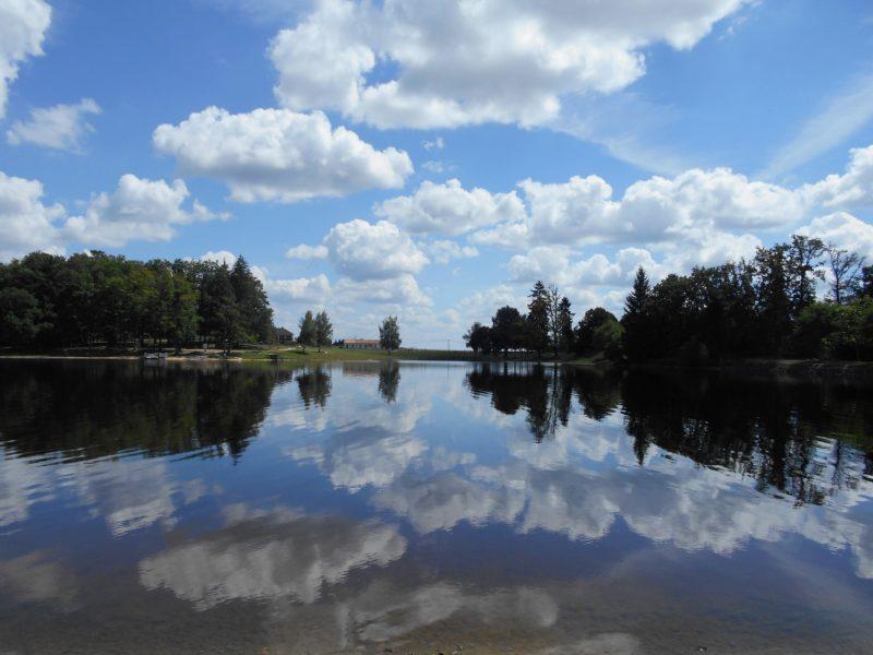 Uitzicht over het meer bij Spineuse