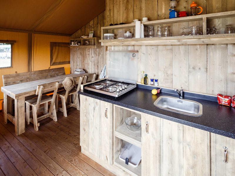 Keuken safaritent - RCN Zeewolde, glamping.nl