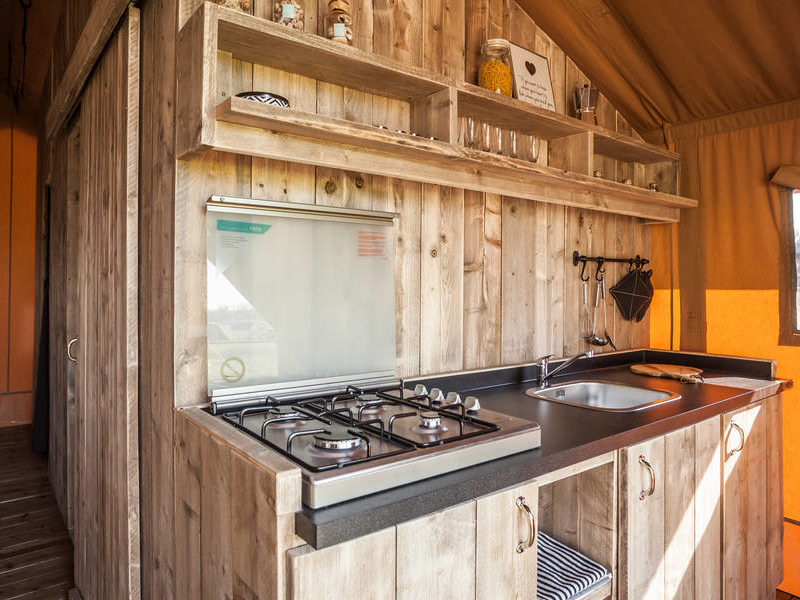 Keuken safarilodge - RCN Domaine de la Noguière, glamping.nl