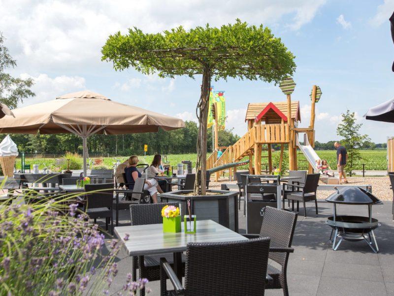 't Rheezerwold - Glamping - terras met speeltuin