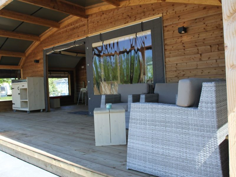 't Rheezerwold - Glamping - lounge op de veranda