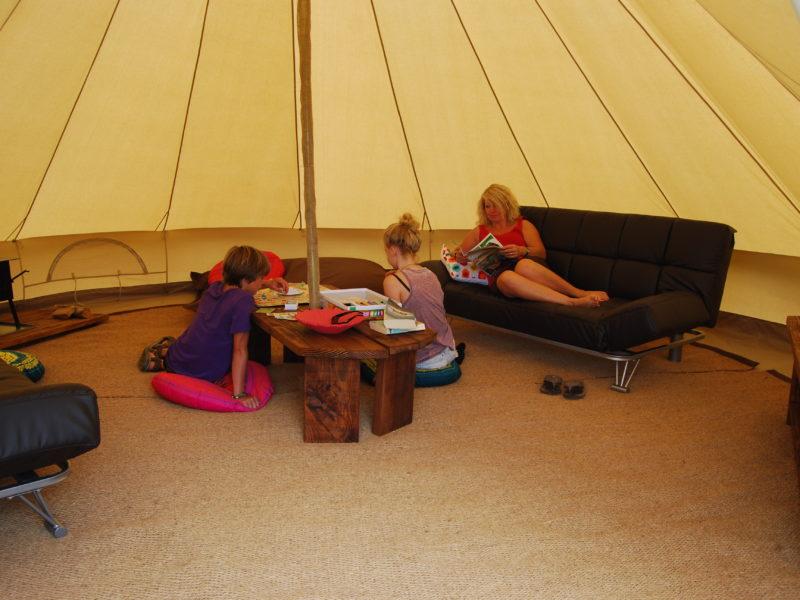 Kinda Kamping - Glamping - woonkamer bell tent