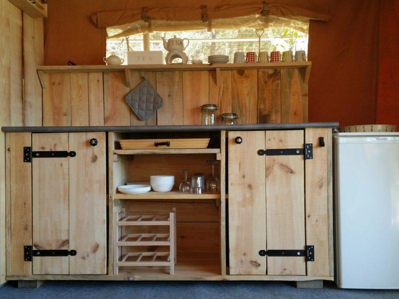 Quinta do Castanheiro - Glamping - keuken in de safaritent