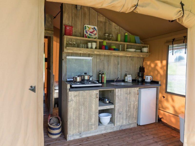 Keuken safaritent - De Kerleyou, glamping.nl