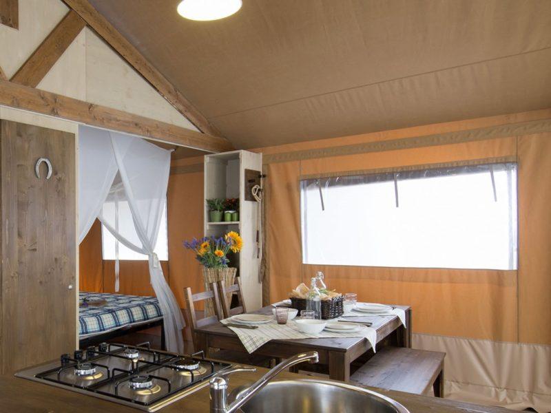 Glamping - Atlantic club montalive - keuken in safarilodge