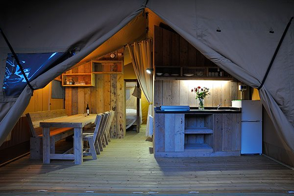 Glamping - La Sirène - keuken en eethoek safaritent