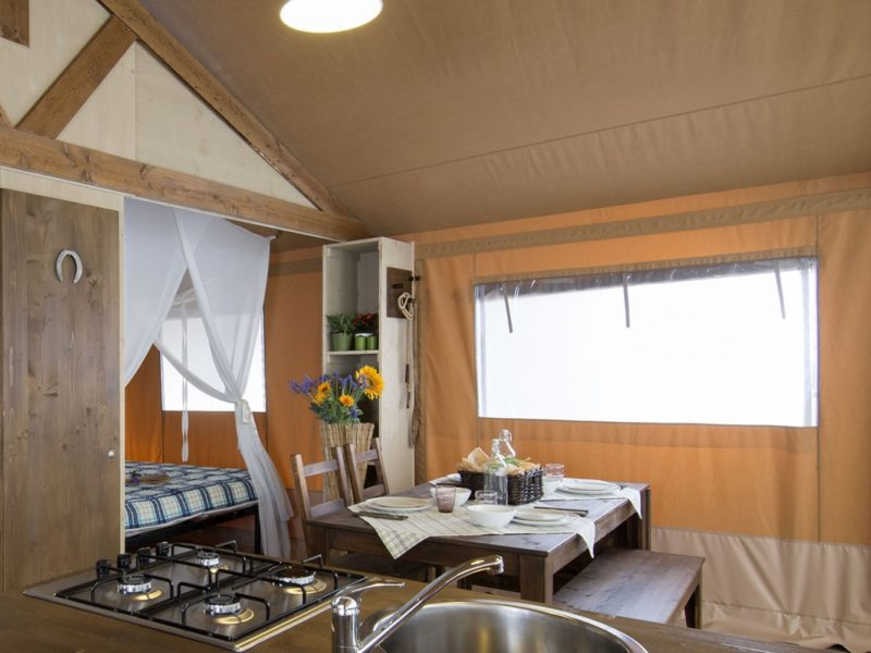 Glamping - Domeine de Chaussy - keuken safaritent