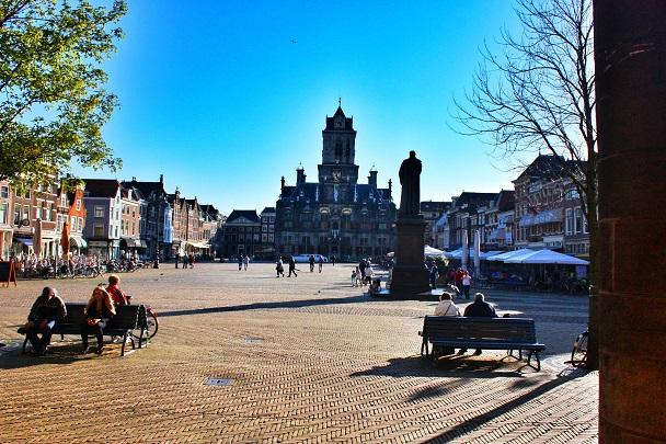 Marktplein met stadhuis delft