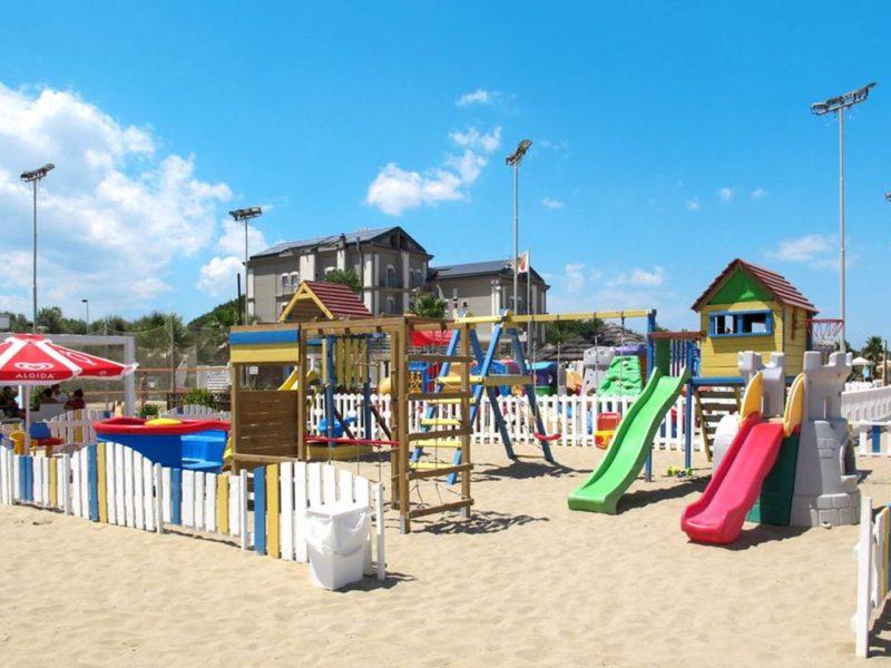 Glamping - Romagna camping village - speeltuin op het strand