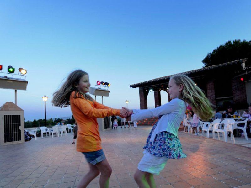 Castell Montgri - spelende kinderen - Glamping