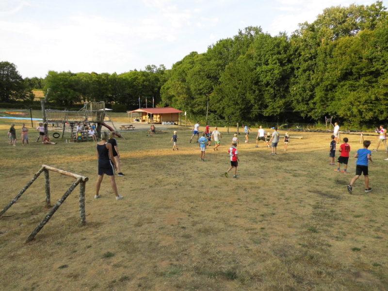 Voetbal kinderen, animatie - vakantiepark Platus, glamping.nl
