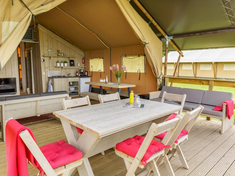 Terras lodgetent - Vakantiepark de Twee Bruggen, glamping.nl