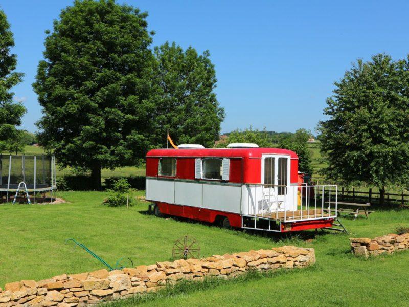 Kermiswagen huuraccommodatie - Dans le Jardin, glamping.nl