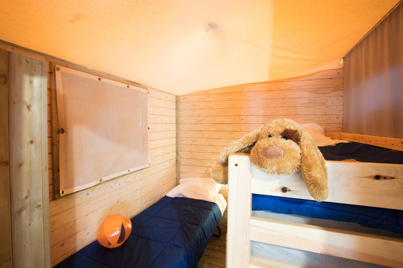 Slaapkamer, stapelbed + los bed - Lou Pignada, glamping.nl