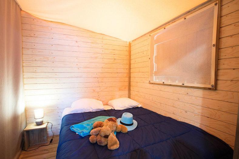 Slaapkamer safaritent - Lou Pignada, glamping.nl