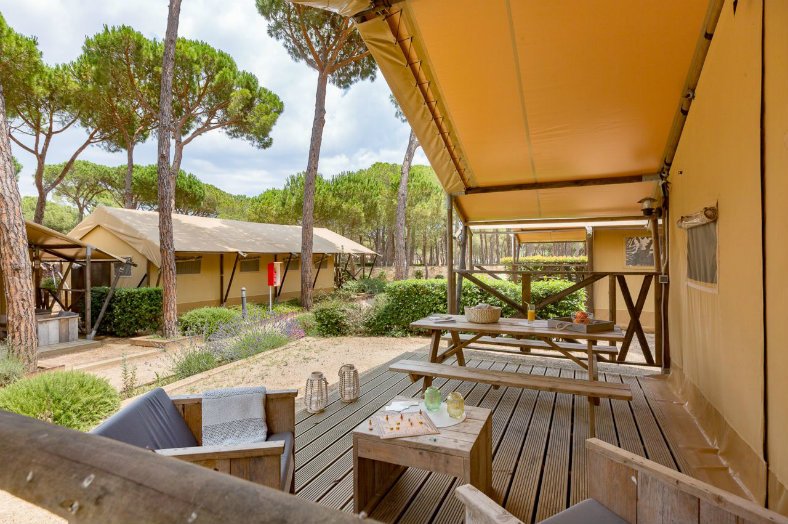 Terras lodgetent- Les Deux Fontaines, glamping.nl