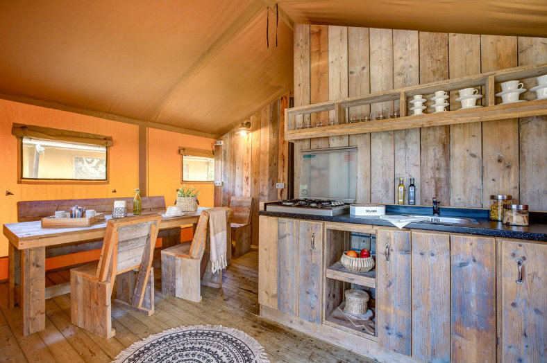 Inrichting woonkamer + keuken Lodgetent - Les Franquettes, glamping.nl
