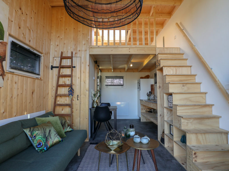 Inrichting woonkamer tiny house - DroomPark Buitenhuizen, glamping.nl