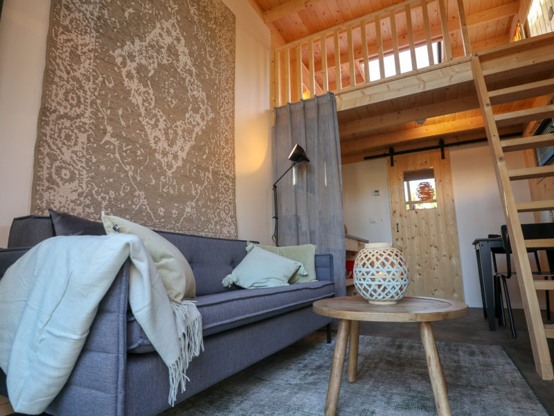 Woonkamer tiny house - DroomPark Hooge Veluwe, glamping.nl