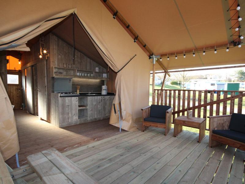 Terras + keuken safaritent - Camping Naumburg, glamping.nl