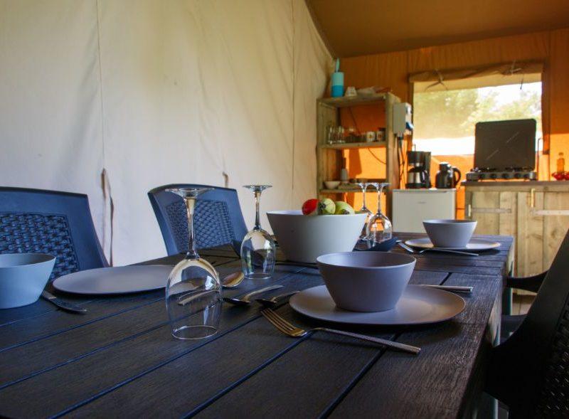 Woonkamer + keuken safaritent - Camping Oos Heem, Glamping.nl