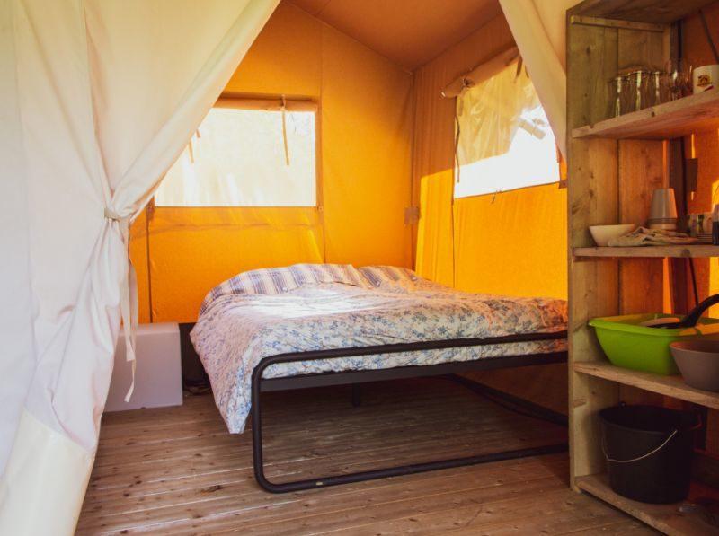 Slaapkamer safaritent - Familiepark Goolderheide, Glamping.nl