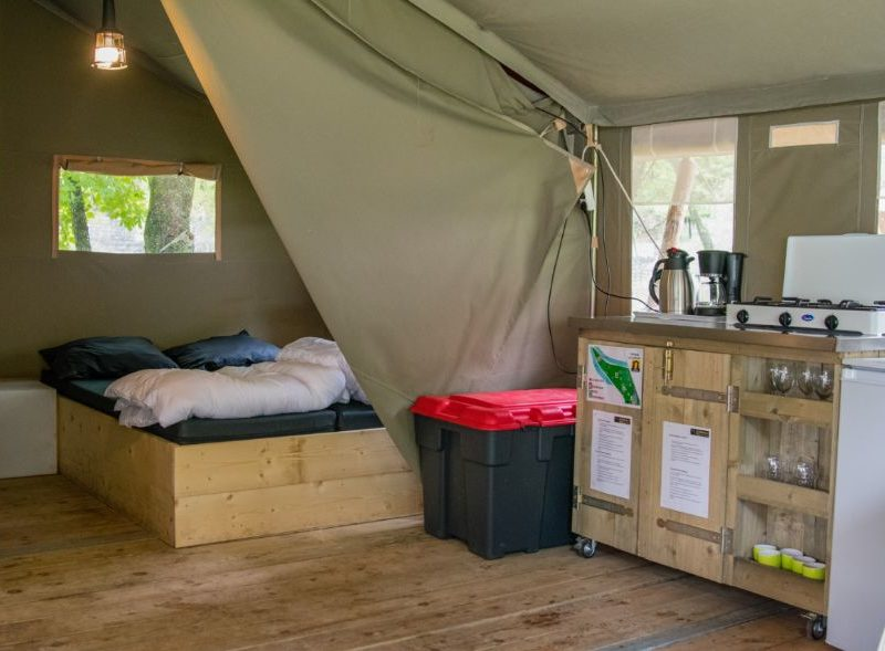 Inrichting safaritent - Camping Le Confluent, Glamping.nl