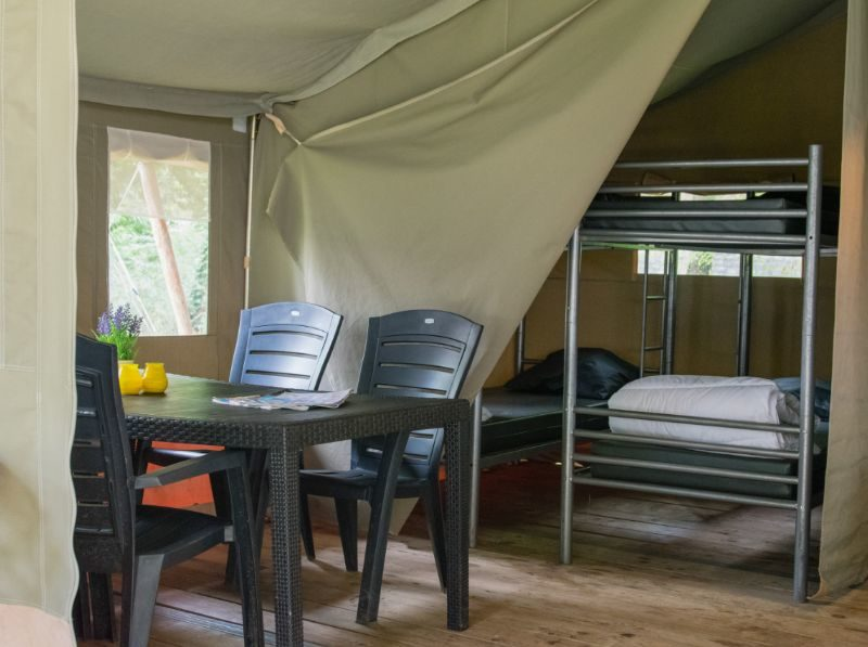 Woonkamer + slaapkamer safaritent - Camping Le Confluent, Glamping.nl