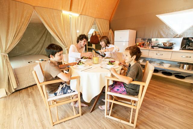 Eettafel Coco tent - Torre De La Mora, Glamping.nl