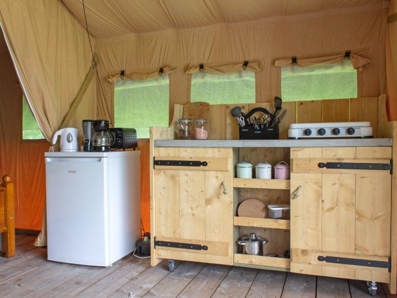 Keuken safaritent - Camping de berghoeve, Glamping.nl