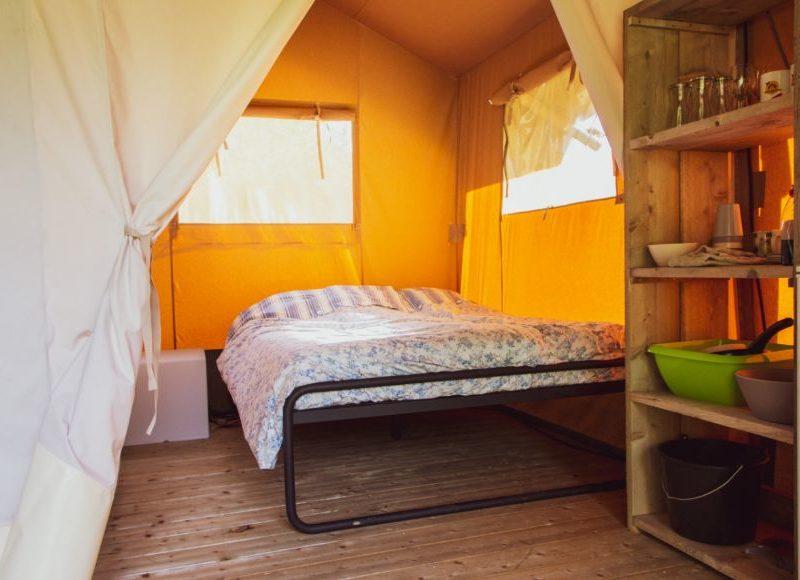 Inrichting slaapkamer safaritent -campingpark de Koekamp, Glamping.n