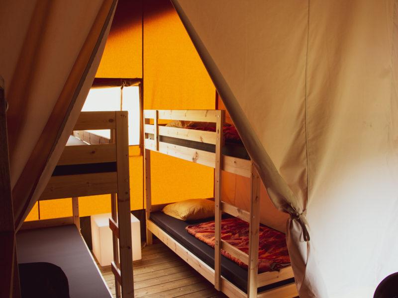 Slaapkamer kids safaritent Recreatiepark de Wrange, Glamping.nl